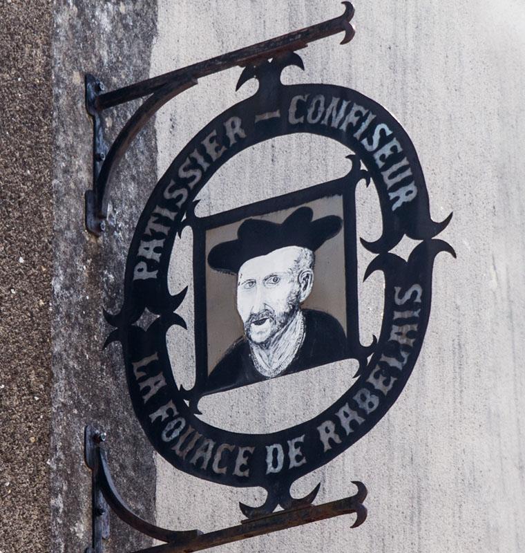 Insigne  Rabelais sur le mur à la Mothe-saint-Héray