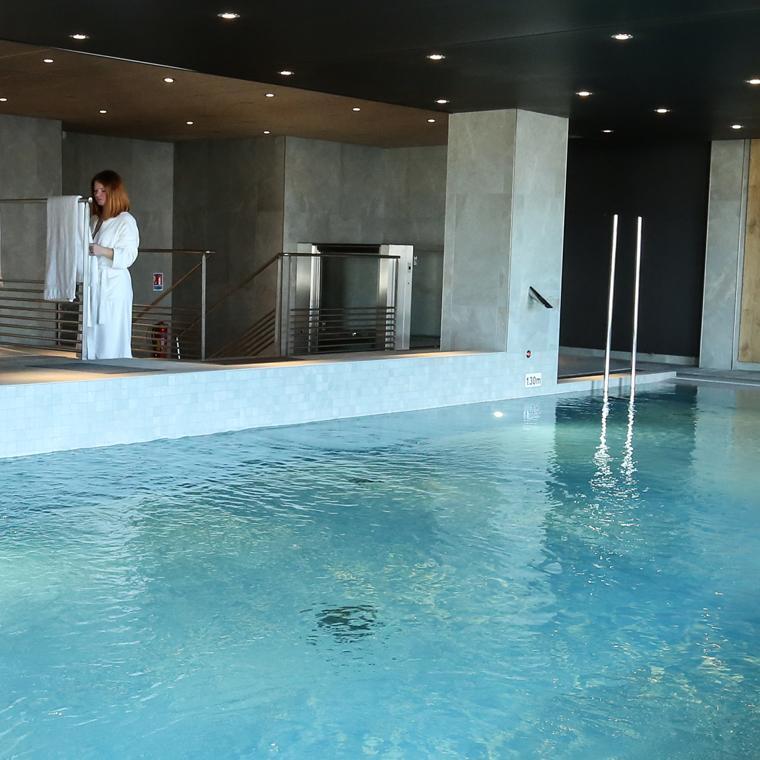 Hôtel Ibis à Niort : piscine intérieure